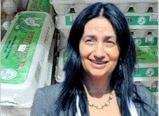 אורית נוקד שרת החקלאות ופיתוח הכפר, ברקע: ביצי חופש וביצי אומגה