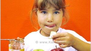 ילדה אוכלת תפוח בדבש