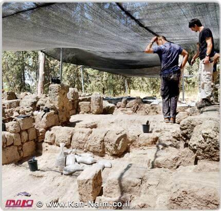 מנקים את אחד מכוכי הקבורה באתר של קבר המכבים באזור מודיעין   צילום: דן שחר, רשות העתיקות   עיבוד: שולי סונגו ©