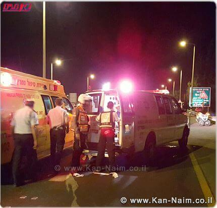 צוות ניידת מדא מעניק טיפול ראשוני לחיילת שנדרסה ונדקרה על ידי טרוריסט מאום אל-פחם ולעוד 3 פצועים בפיגוע בצומת גן שמואל