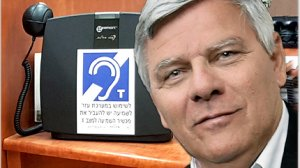 צבי גנדלמן ראש עיריית חדרה | ברקע: מערכת שמע | צילום: דוברות עיריית חדרה