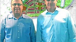 עדיאל שמרון עם אלי דוקורסקי, ברקע תכנית רשות מקרקעי ישראל להקמת 1,917 יחידות דיור