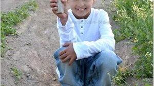 אורי גרינהוט, בן ה-7, מהיישוב תל תאומים, שחשף פסלון בן 3,400 שנה במהלך טיול בתל רחוב שבעמק בית שאן