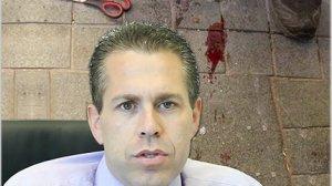 השר לביטחון הפנים מר גלעד ארדן, ברקע סכין ששימשה לפיגוע