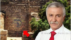 מנהל רשות העתיקות מר ישראל חסון ברקע מצודת אשדוד-ים בת 1,300 שנה