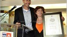 הגב' דניס כהן מקבלת עיטור יקירת העיר עכו, מידי ראש העיר על תרומתה רבת השנים למען הקהילה