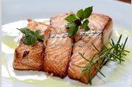 דג סלמון העשיר באומגה 3 עם טימין או מרווה ארוחה בריאה ומזינה