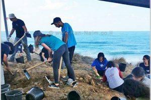 בני הנוער שעבדו בחפירה הארכאולוגית בחוף הים באשקלון | צילום: רשות העתיקות | עיבוד: שולי סונגו ©