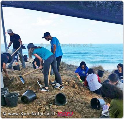 בני הנוער שעבדו בחפירה הארכאולוגית | צילום: רשות העתיקות | עיבוד: שולי סונגו ©