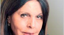 העיתונאית כרמלה מנשה כתבת לענייני צבא בתחנת הרדיו של 'קול ישראל'