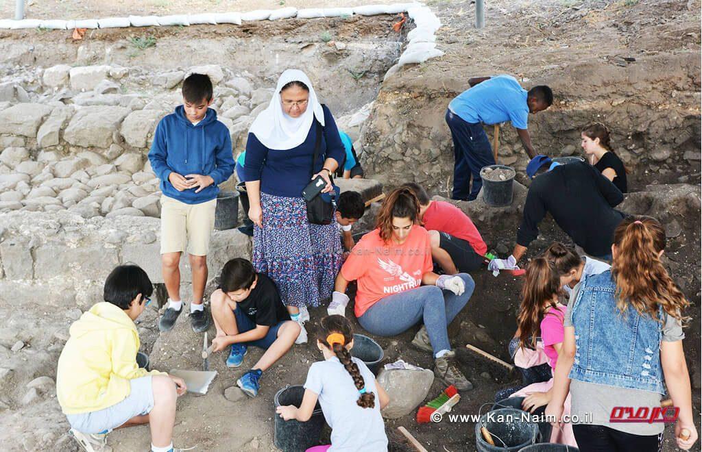 ילדי בית ספר תינאל בכפר כמא עם המורה סילביה אישליין | צילום: גלעד צינמון