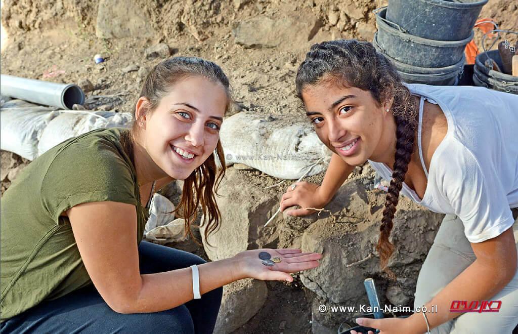 רשות העתיקות: בני נוער גילו מטבעות זהב-כסף מלפני 1200 שנה