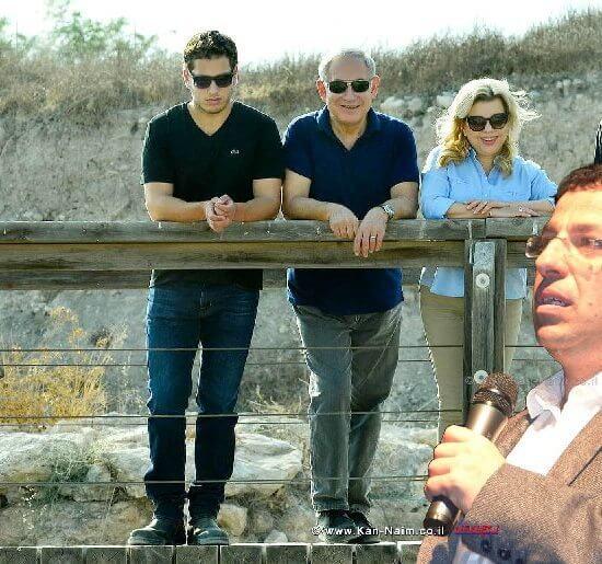 העיתונאי רביב דרוקר היום במפגש הקתדרה במוזיאון ארץ ישראל ברקע משפחת בנימין נתניהו |צילום: קובי גדעון, לע״מ| צילום: אורן בסון