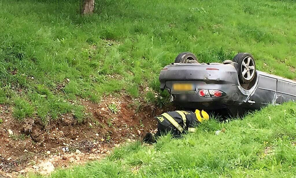 גבר נפצע בינוני בהתהפכות רכבו לתעלה בכביש 6 ליד מחלף אייל | צילום דוברות מדא | עיבוד: שולי סונגו ©