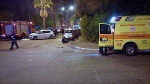 זירת התאונה בה רוכב אופנוע התנגש במכונית פרטית בעיר רחובות | צילום: מגן דוד אדום