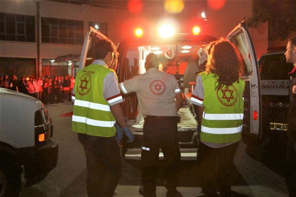 אמבולנס של מגן דוד אדום בזירת האירוע | אילוסטרציה | צילום דוברות מדא| עיבוד: שולי סונגו ©