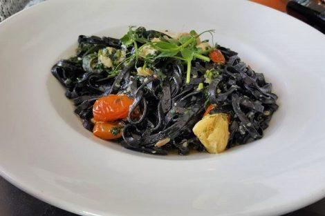 לינגוויני שחור עם קוביות פילה לוקוס של פלוגי בית קפה מסעדה