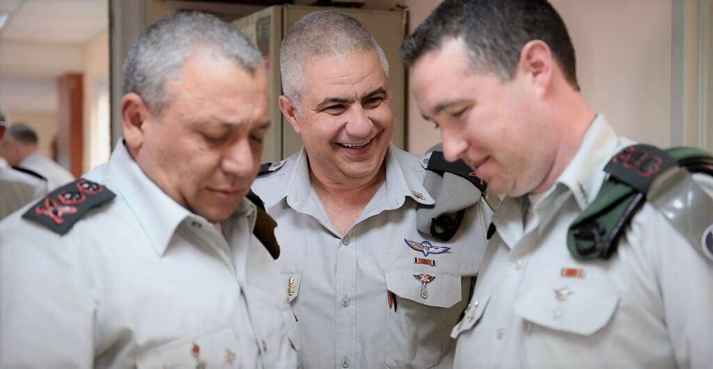 אלוף-משנה רונן מנליס, הוא דובר צבא הגנה לישראל במרכז הדובר היוצא אלוף מוטי אלמוז ומשמאל ראש המטה הכללי, רב-אלוף גדי איזנקוט | צילום: דובר צהל