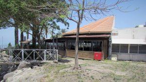 קיבוץ עין גב חויב להסיר חסימות שהציב לאורך חוף הכנרת |חצר המסעדה של קיבוץ עין גב |צילום: אלי גבאי