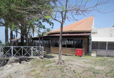 קיבוץ עין גב חויב להסיר חסימות שהציב לאורך חוף הכנרת  חצר המסעדה של קיבוץ עין גב  צילום: אלי גבאי