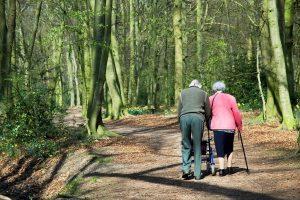 פרשת מִשְׁפָּטִים 'אל תשליכיני לעת זיקנה' | בצילום: זוג קשישים | עיבוד צילום: שולי סונגו©