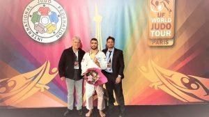הג'ודוקא טוהר בוטבול, עם מאמן נבחרת ישראל בג'ודו אורן סמדגה ויושב ראש איגוד הג'ודו מר משה פונטי (צילום: איגוד הג'ודו)