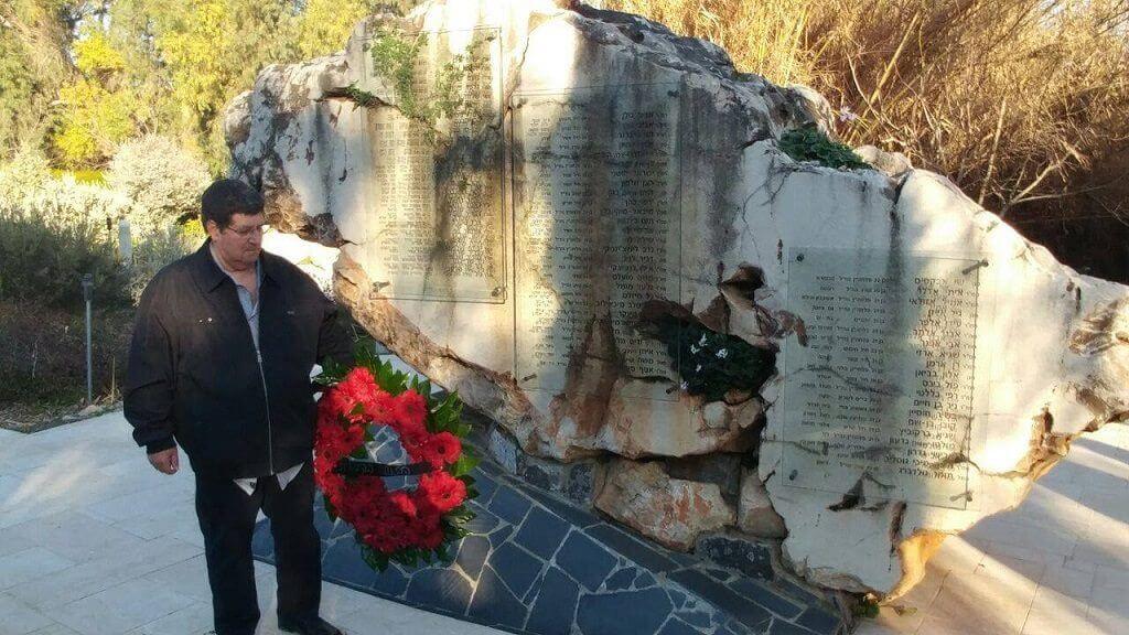 כותב שורות אלו מניח זר על מצבת 73 חללי צבא הגנה לישראל שנספו באסון המסוקים בישוב שאר ישוב