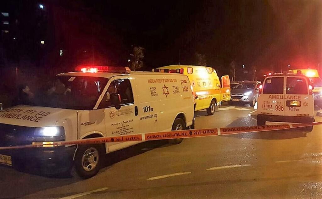 נתניה או שיקגו: הרוג ו-8 פצועים, אחד אנוש מירי לבית | בצילום: אמבולנס של מגן דוד אדום בזירת האירוע