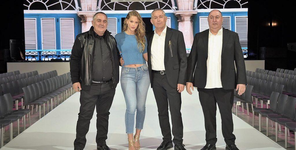 מימין: משה גולברי יעקב גולברי הדוגמנית אסתי גינזבורג ודוד גולברי