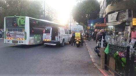 זירת הפיגוע ליד השוק בעיר פתח תקווה
