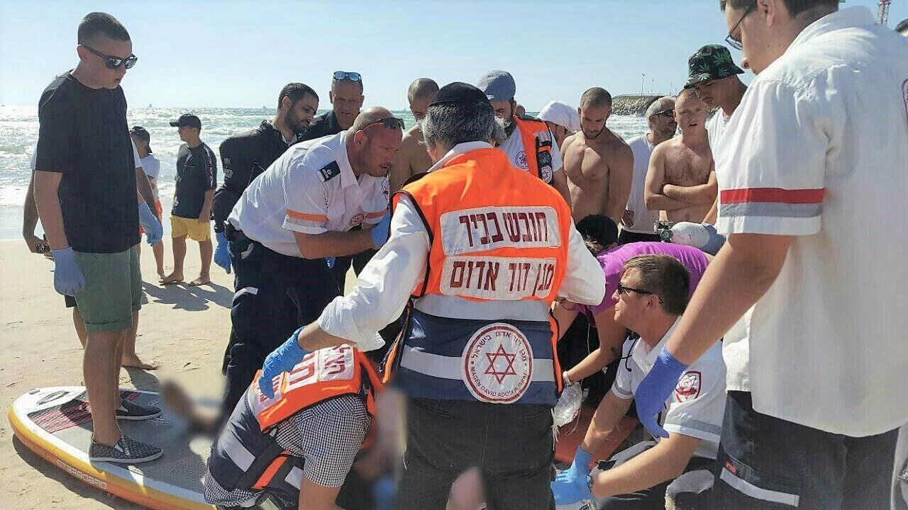 צוותי חובשים ופראמדיקים של מגן דוד אדום בחוף הים  צילום ארכיון, דוברות מדא  עיבוד: שולי סונגו ©