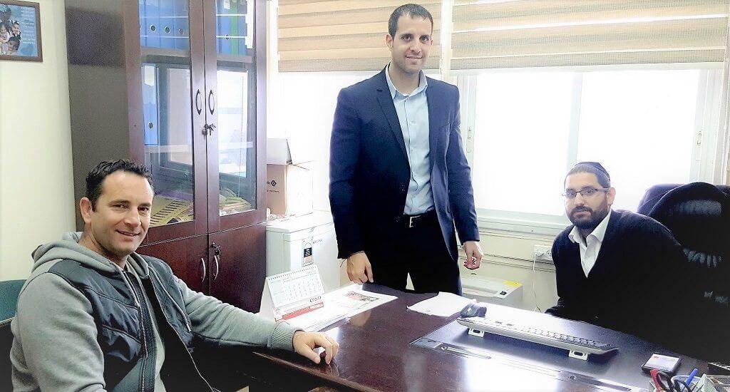 מימין: המשנה לראש עיריית חדרה מלכיאל אלבז עם עורך הדין קובי שוקר מחזיק תיק הספורט של עיריית חדרה ומר יקיר שוורץ, בנו של שלום (שולם) שוורץ זכרו לברכה
