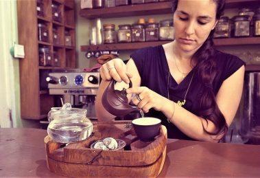 צעירה חולטת תה במסגרת יום שני קולינאריים במסגרת פסטיבל שאון חורף בירושלים