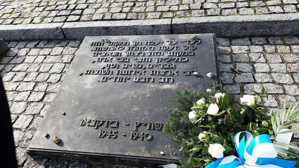 לוח זיכרון באתר בִּירקֶנַאוּ מחנה ההשמדה אושוויץ II