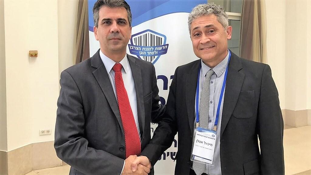 שר הכלכלה והתעשייה אלי כהן (משמאל) עם עורך הדין מיכאל אטלן, המיועד לתפקיד ראש הרשות להגנת הצרכן ולסחר הוגן | צילום: דוברות משרד הכלכלה והתעשייה
