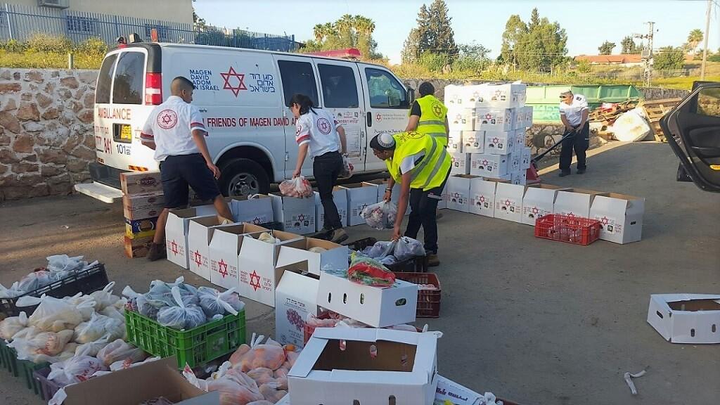 מתנדבי מגן דוד אדוםעם מתנדבים תלמידי רשתות החינוך, יאספו עשרות אלפי חבילות מזון למעוטי יכולת| צילום: אסף ברזינגר דוברות מדא