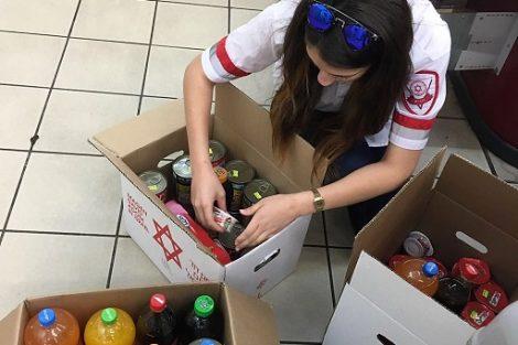 מתנדבית מדא אוספת חבילות מזון למעוטי יכולת | צילום: אסף ברזינגר, דוברות מדא
