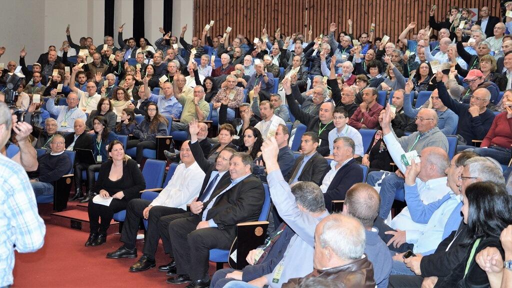 מאיר צור (שורה ראשונה בחולצה לבנה) נבחר לקדנציה נוספת כמזכיר הכללי של תנועת המושבים | צילום: דודי נשר