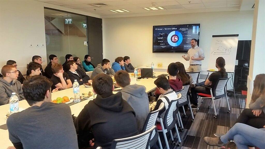 אור יעקב, ארכיטקט פתרונות אבטחת מידע EMEA מעבירהרצאה לתלמידים בחברת F5 Networks