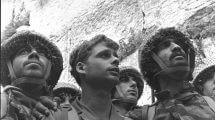 תמונת הצנחנים בכותל המערבי, מ-7 ביוני 1967, עת כיבוש ושחרור העיר העתיקה והכותל המערבי בידי צהל במלחמת ששת הימים. מימין: אושרי, לא זוהה בוודאות (מאחור), יפעת וקרסנטי |צילם דוד רובינגר |לשכת העיתונות הממשלתית