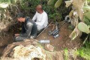 חולית שודדי עתיקות החשודים בתוך הבור שחפרו באתר העתיקות במודיעין | צילום: היחידה למניעת שוד ברשות העתיקות