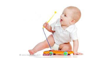 תינוק משחק בצעצוע מסוכן מבחינת חנק הדמייה | עיבוד צילום: שולי סונגו ©