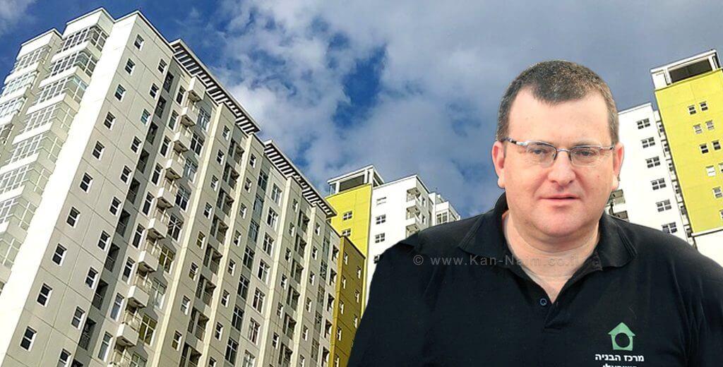 יושב ראש מרכז הבניה הישראלי מר ערן רולס, ברקע: בניין גבוה