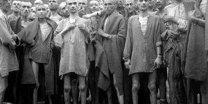 אסירים במחנה הריכוז אבנזה בצפון אוסטריה