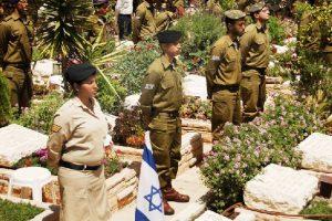 """חיילי צה""""ל עומדים דום בפני קברי חללים בהר הרצל, בציון יום הזיכרון"""