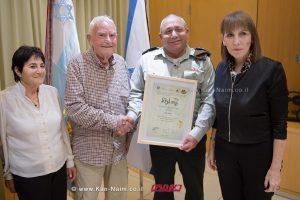 """הרמטכ""""ל, רב אלוף גדי איזנקוט עם הגברת לימור לבנת, יושבת ראש הקרן לרווחה לנפגעי השואה וניצולי שואה   צילום: דוץ."""