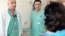 מימין: אביבה תושבת העיר נשר במרכז: דוקטור אמין אבו ג'בל, משמאל: דוקטור אבו אל נאעג' במרכז הרפואי פדה-פוריה