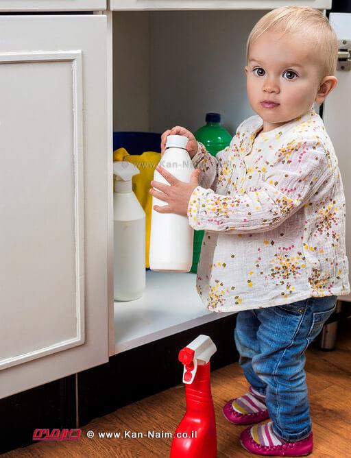 האריזה של חומרי הניקוי חייבת להיות קשה לפתיחה על ידי ילדים | עיבוד צילום: שולי סונגו