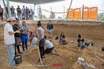 """תלמידי חמ""""ד בחפירות ארכיאולוגיות כחלק מהסדרת השביל בטבריה. צילום: שמואל מגל, באדיבות רשות העתיקות"""