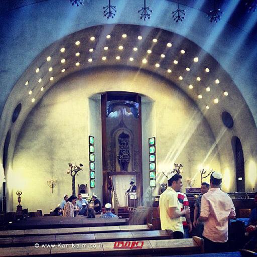קיר המזרח עם ארון הקודש באולם התפילה המרכזי של בית הכנסת הגדול בעיר תל אביב | צילום: ויקיפדיה